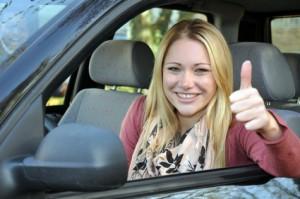 """Junge Autofahrerin """"Daumen hoch"""""""
